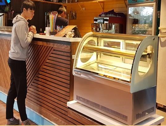 Lắp đặt tủ trưng bày bánh kem mini