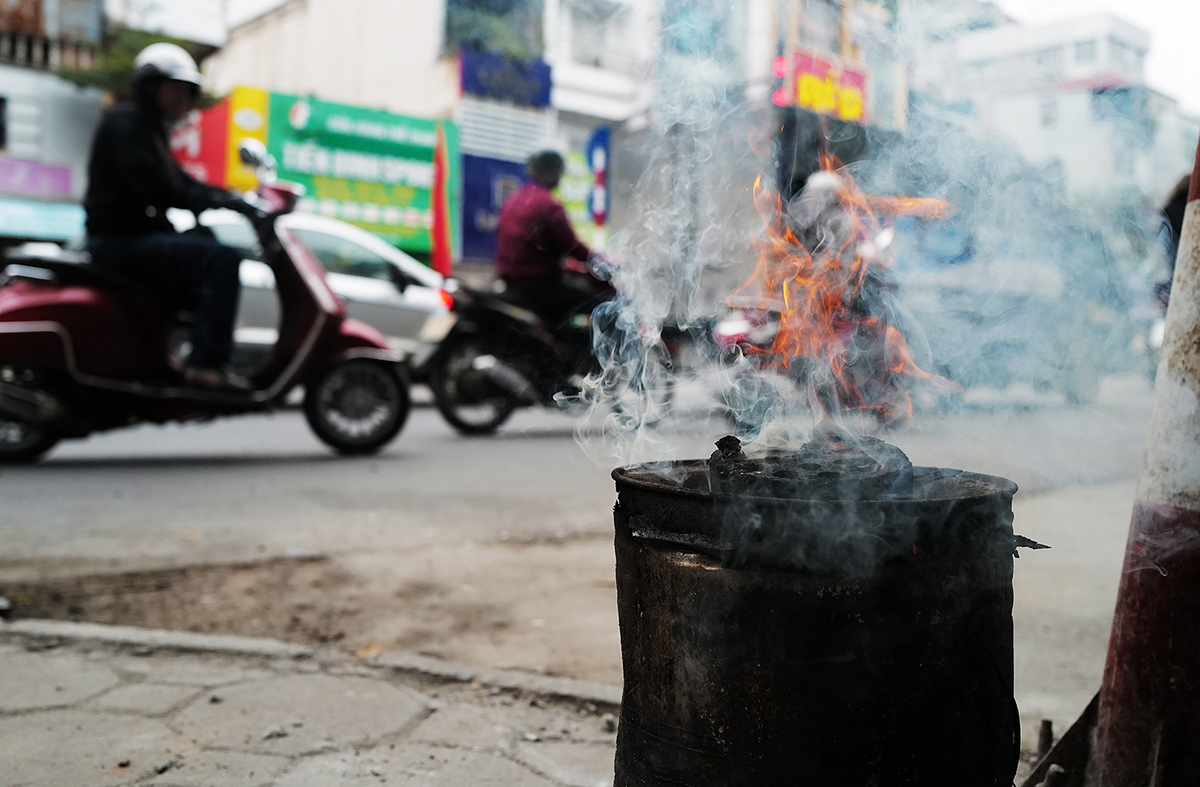 nồi nấu nước lèo bằng than tác động đến môi trường